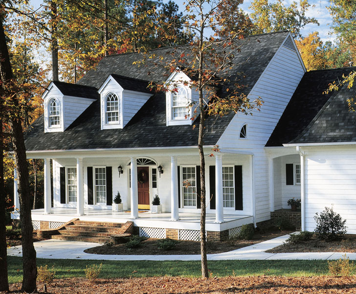 White Can Be Very Bold And Crisp As A House Siding Color Particularly When It S Used Over The Entirety Of Building Like This Home Features